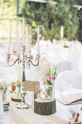 Silberleuchter bringen Festlichkeit in das rustikale Hochzeitsmotto