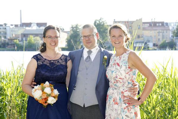 das glückliche Brautpaar und ihre Hochzeitsplanerin