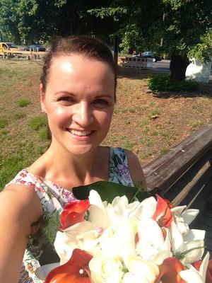 Hochzeitsplanerin wartet mit Brautstrauß auf die Braut