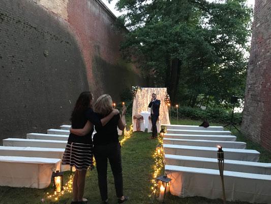 Hier lassen sich die Fotografin anja und die Hochzeitsplanerin Stefanie vom Gesang des Sängers/Redners verzaubern.
