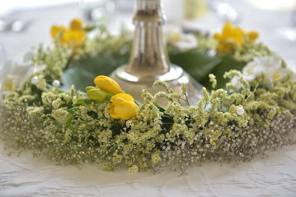 um den großen Kerzenleuchter in der Mitte (Centerpiece) ist ein schöner Blumenkranz gelegt