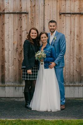 glückliches Brautpaar mit glücklicher Hochzeitsplanerin Stefanie Frädrich