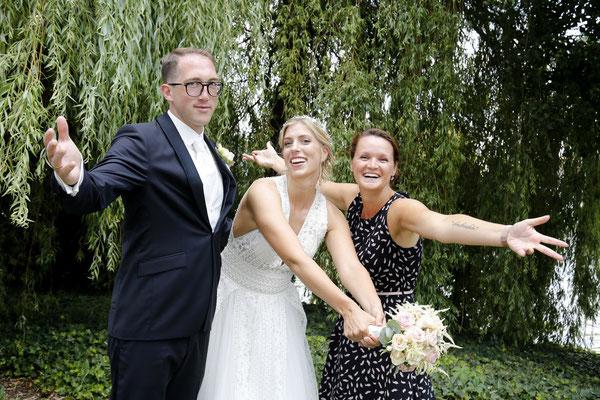 Endlich geschafft! Hochzeitsplanerin und Brautpaar sind glücklich über einen wunderschönen Hochzeitstag