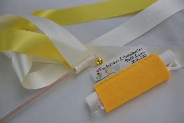Freudentränentaschentücher und Weddingwands für die Gäste
