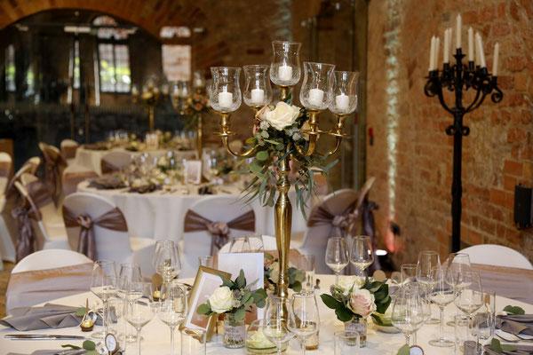 Romantische große Kerzenleuchter bieten sich in hohen Räumen besonders an!