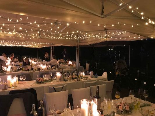 abends kommen dann endlich auch die Lichterketten in den Zelten zur Geltung