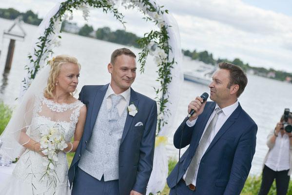 der Redner begrüßt das Brautpaar