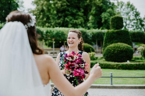 """Der Braut übergebe ich kurz """"vor dem großen Moment"""" den Brautstrauß"""