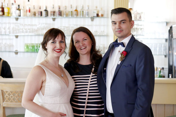Braut, Bräutigam und Hochzeitsplanerin sind überglücklich, dass alles so gut läuft