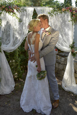 ein wahnsinnig verliebtes Brautpaar