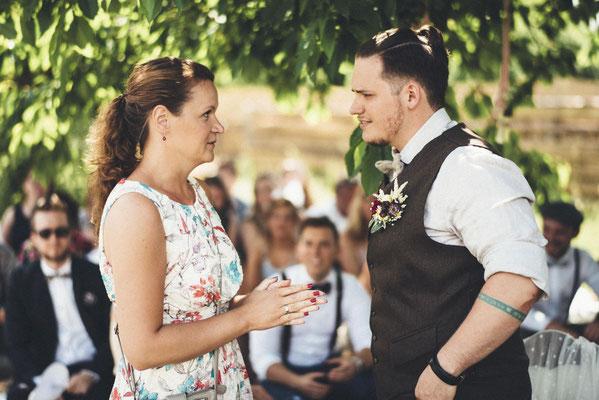 Absprache zwischen Bräutigam und Hochzeitsplanerin