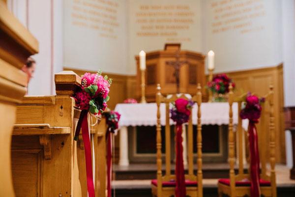 Kirchenbankdeko in kräftig schönen Farben