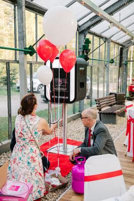 Heliumballons benötigen immer die Zusammenarbeit mehrerer Leute.