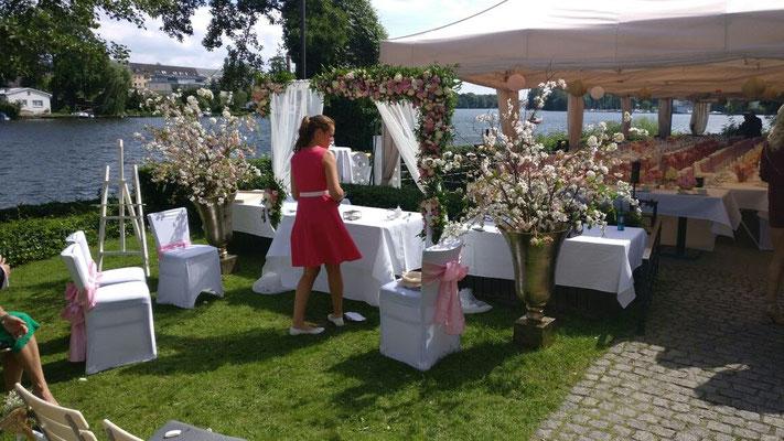 Ihre Hochzeitsdekoration wird perfekt vorbereitet und dekoriert
