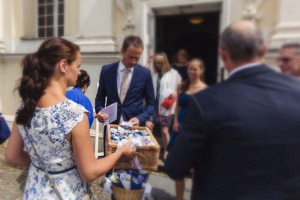 Die Blütenblätter zum Streuen an die Gäste verteilen