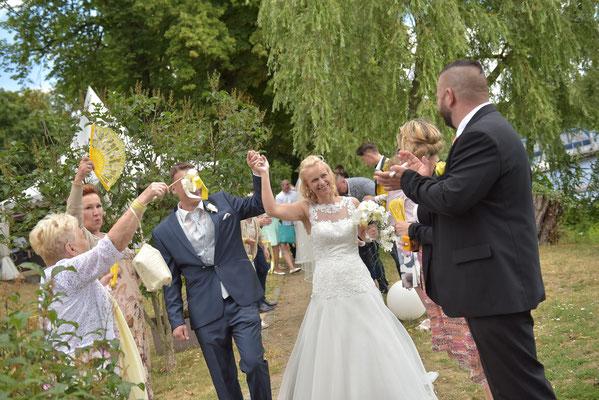 Auszug des Brautpaares durch ein Spalier, das die Gäste bilden