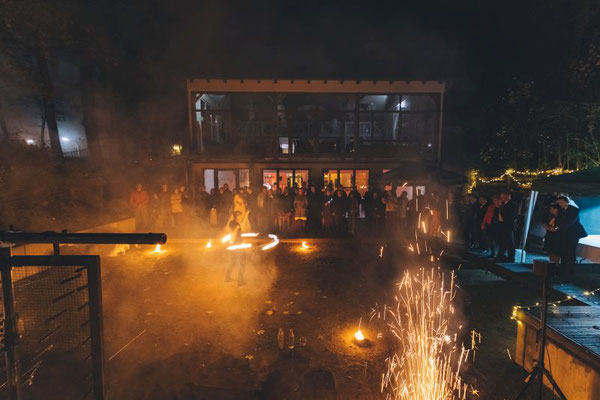 am Abend dann eine wunderbare Feuershow mit kleinen Feuerwerkselementen