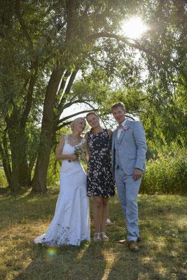 Brautpaar und Hochzeitsplanerin sind happy - alles ist perfekt gelaufen