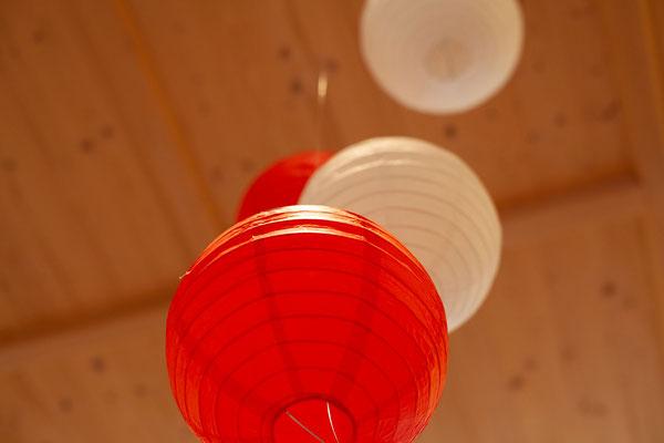 rote und weisse Lampions an der Decke