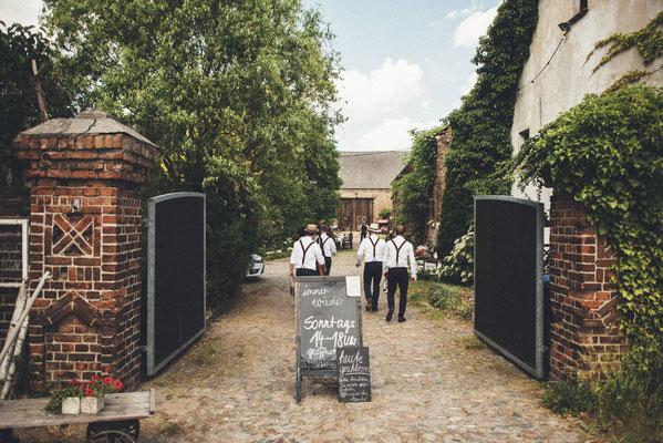 Hochzeitsgäste im vintage Stil