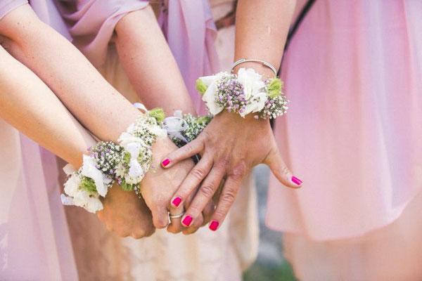 Blumenarmbänder der Brautjungfern