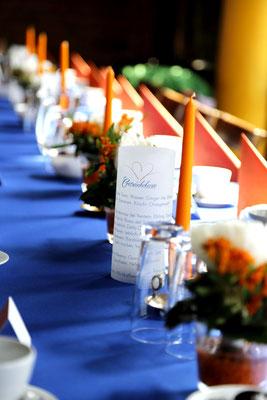 Tischdeko royalblau und orange/koralle