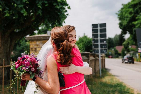 eine herzliche Umarmung von Braut zu Hochzeitsplanerin