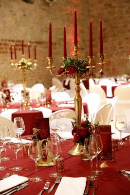 Festsaal im Backsteingewölbe mit runden Tischen