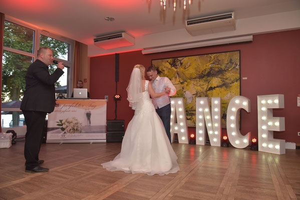 Das Brautpaar eröffnet die Tanzfläche