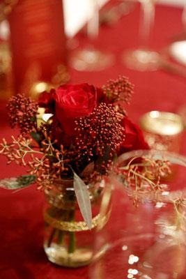 Die Tischdeko ist komplett in rot-gold gehalten