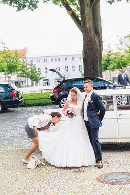 Das Brautkleid für die Fotos herrichten
