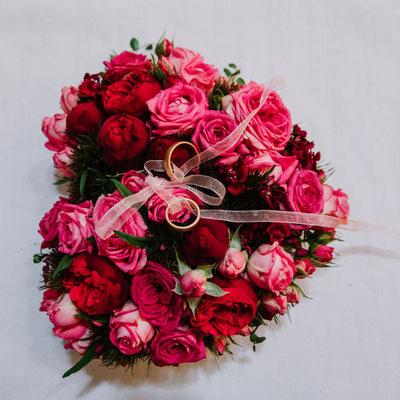 ein Ringkissen aus Blumen