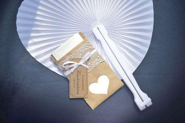 kleine Helfer für die Gäste - Taschentuch für die Freudentränchen & Fächer gegen die Hitze