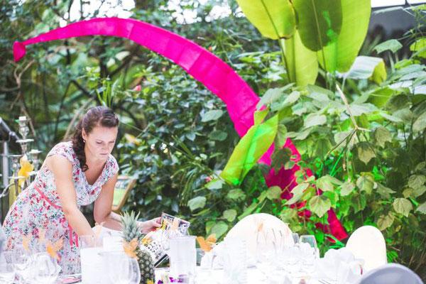 Die Tischdeko gemäß Hochzeitskonzept umsetzen