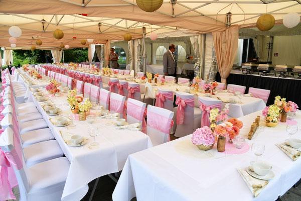 Hochzeitsfeier auf einer Terrasse am Wasser mit Zeltüberdachung