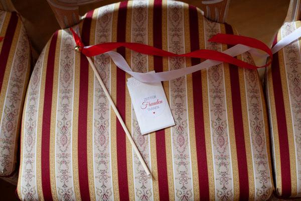 Weddingwands und Freudentränentaschentücher für die Gäste