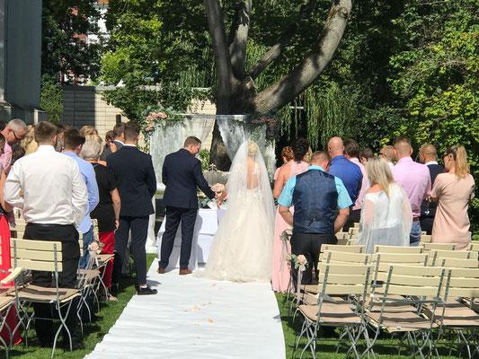 Die Braut wird zur Trauung am Wasser geführt