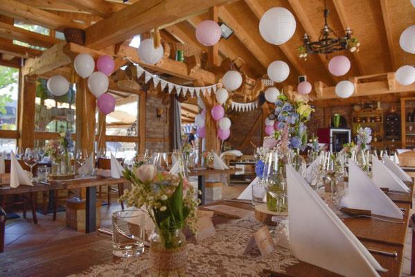 """die kleine """"Weinschänke"""" hat die Hochzeitsplanerin liebevoll dekoriert"""