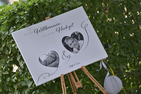 ein schönes Willkommensschild mit Fotos vom Brautpaar ist eine wunderbare persönliche Note
