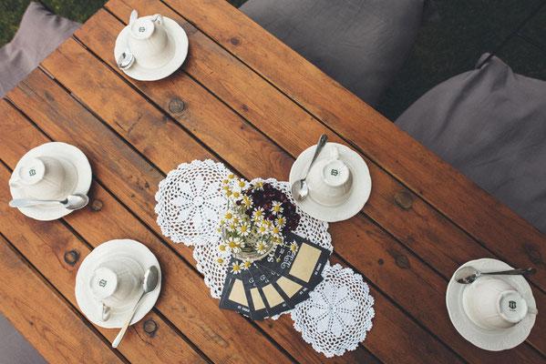 rustikale Tischdeko mit romantischen Spitzendeckchen