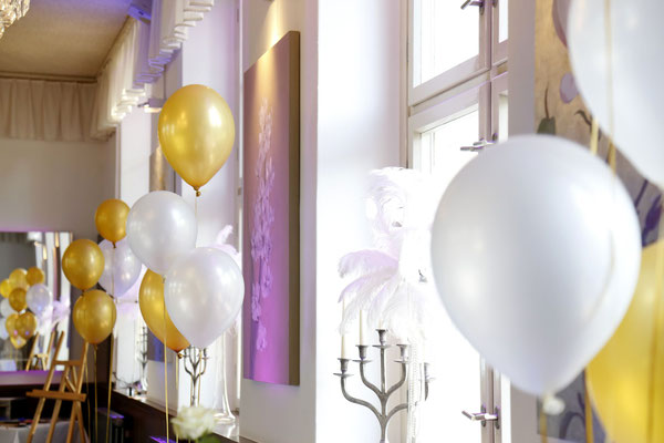 Ballons und weiße Straußenfedern