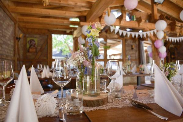 zusammen mit der Floristik ist ein leichter Hochzeitslook im vintage Stil entstanden