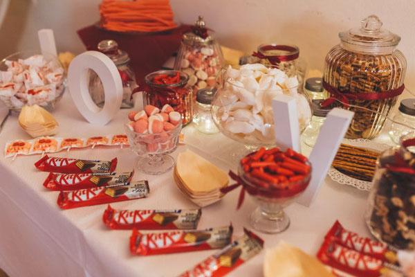 eine Candybar für die Gäste in den passenenden Farben der gesamten Hochzeitsdeko
