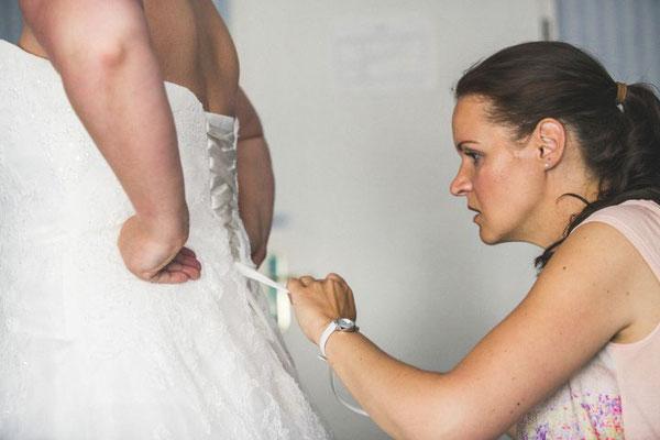 Der Braut das Kleid ordentlich binden