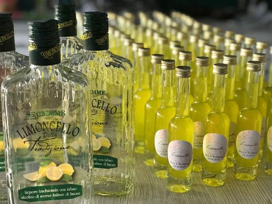 hübsche personalisierte Aufkleber auf die Flaschen und fertig ist der Limoncello als Gastgeschenk