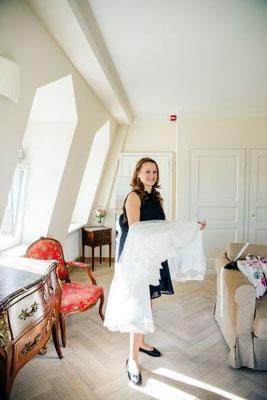 Ihre Hochzeitsplanerin übergibt auch mal das Brautkleid