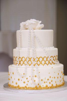 Die Hochzeitstorte passend zum 20er Jahre Thema mit Perlenketten