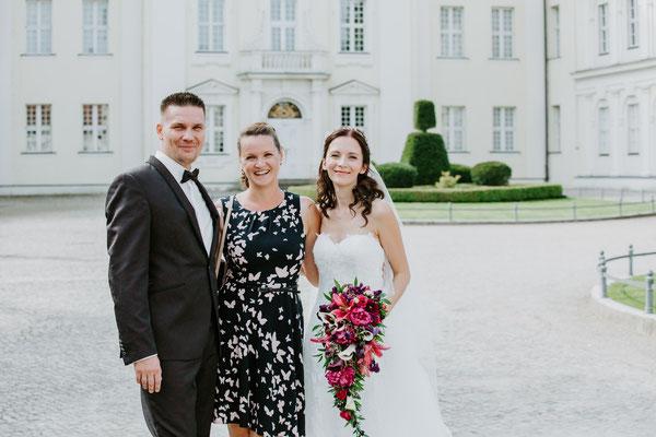 Braut, Bräutigam und Hochzeitsplanerin sind happy über einen perfekt gelungenen und wunderschönen Hochzeitstag
