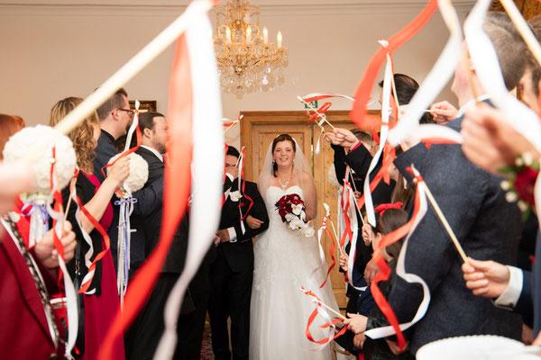 die Gäste schwingen kräftig die Weddingwands in rot-weiss