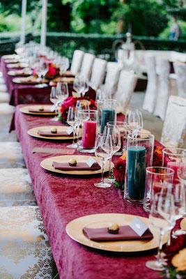 extra angefertigte Tischdecken in der Wunschfarbe ließen die Tafeln auf der Terrasse in ganz neuem Licht stehen